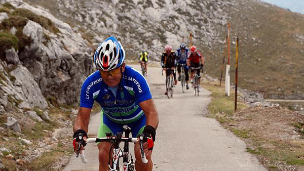 Medio centenar de cicloturistas tomaron el Gamoniteiru
