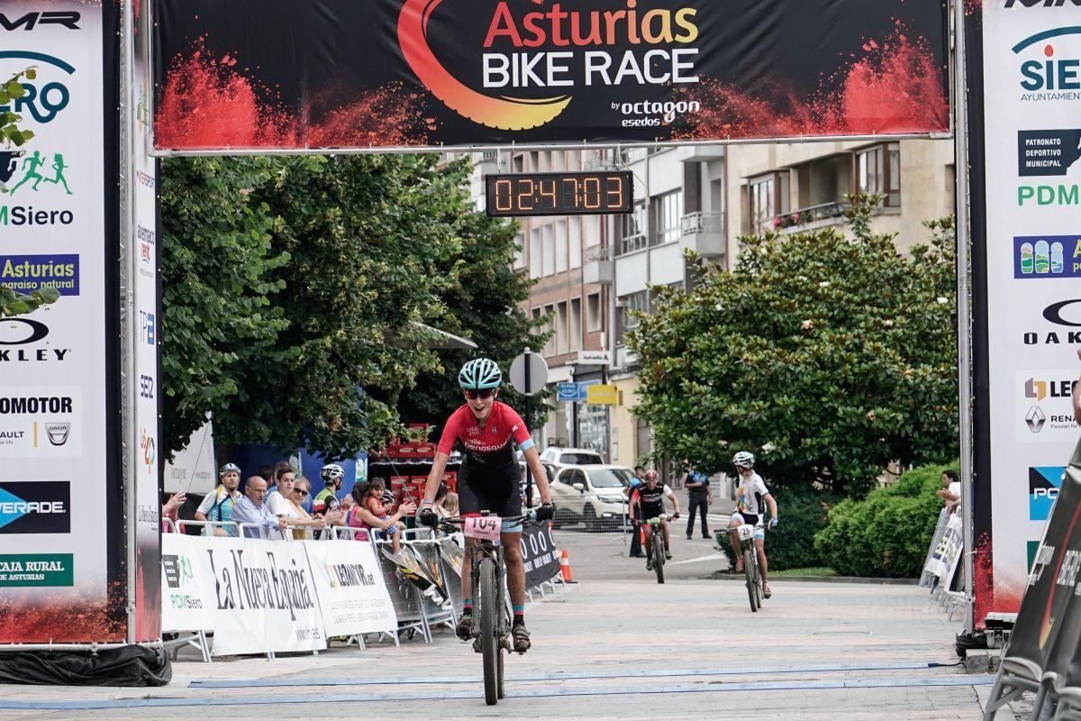los-primeros-ganadores-de-mmr-asturias-bike-race_Diana Fernández llegada meta, ganadora E3