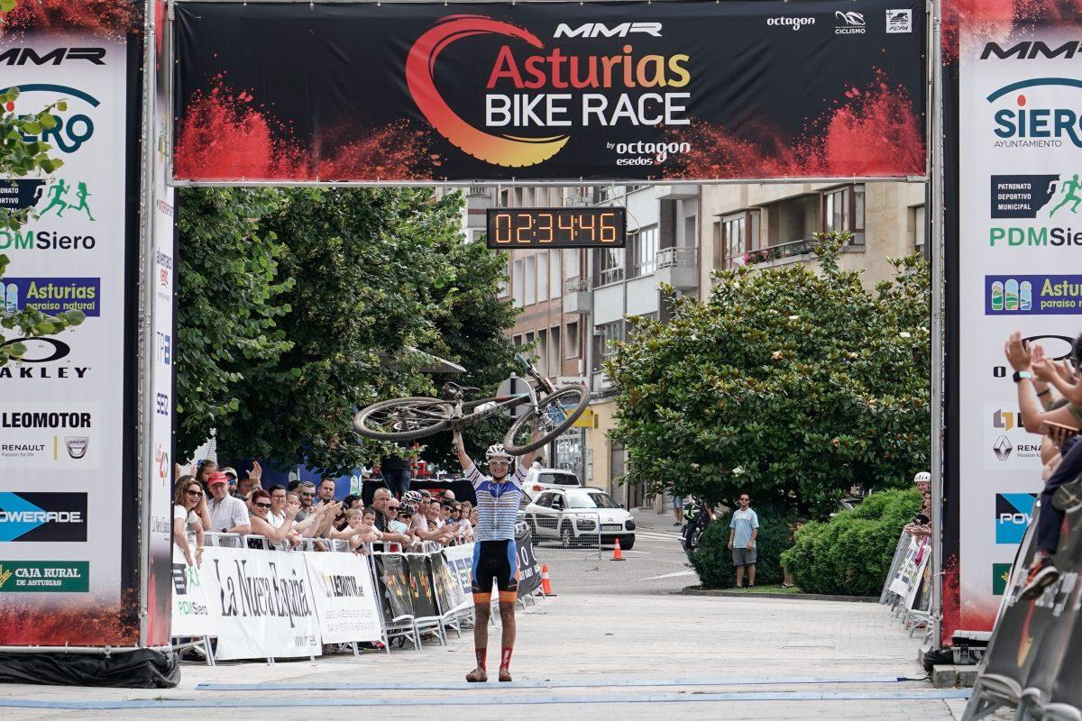 los-primeros-ganadores-de-mmr-asturias-bike-race_Rocío Gamonal llegada meta