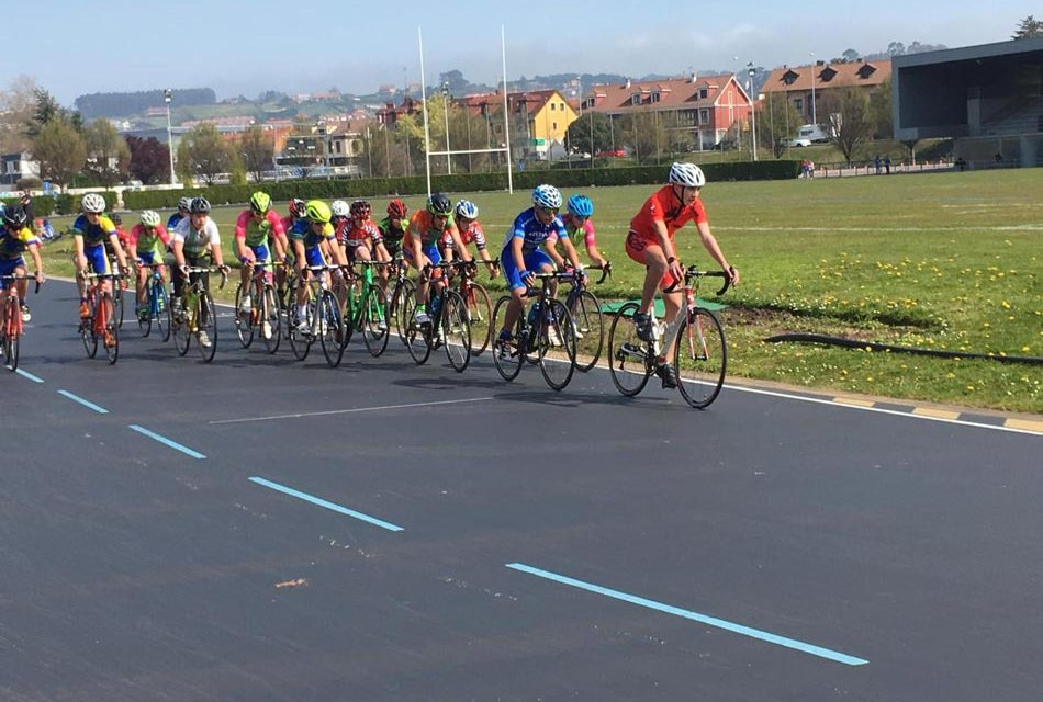 Primera prueba de los Juegos Escolares de pista en el velódromo de Las Mestas
